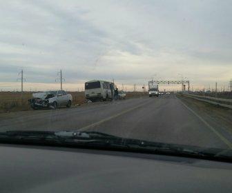 Под Астраханью автобус выскочил на «встречку» и врезался в легковушку