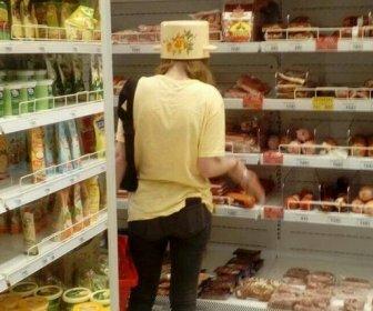 Девушку с кастрюлей на голове заметили в магазине в Волгограде