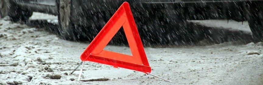 Водитель легковушки снес остановку в центре Ставрополя