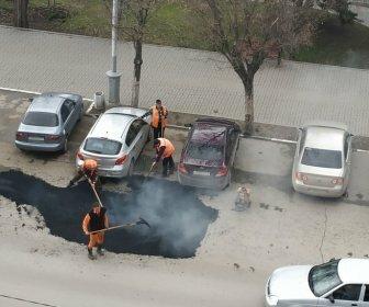 В Таганроге асфальт положили прямо под колеса припаркованных авто