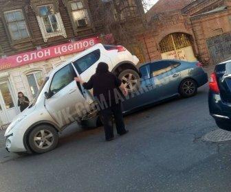 Жители Астрахани сняли на видео странные последствия ДТП